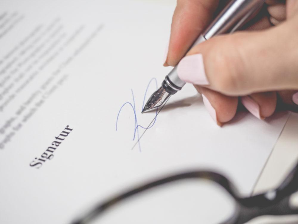 Först när kontraktet signeras fullbordas bostadsaffären